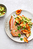 Tuna fish steak with guacamole and vegetable crisps (low carb)