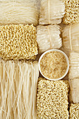 Nudeln und Reis für Wokgerichte (bildfüllend)