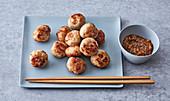 Vietnamesische Fleischbällchen mit Erdnussdip