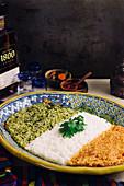 Mexikanischer Reis in drei Farben (Grüner Reis mit Poblano-Chili, weißer Reis und roter Reis mit Tomaten)