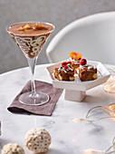 Weihnachtsfrüchtekuchen und Schokoladengetränk mit Frozen Kaffee