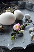Kleiner Strauß aus Tausendschön und Buchs mit Eiern als Osterdeko