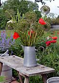 Strauß aus Samenständen von Zierlauch und Mohnblüten