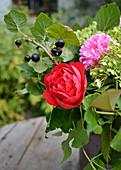 Sommerstrauß mit Rosenblüte und schwarzer Johannisbeere