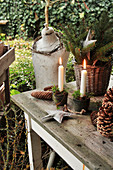 Weihnachtsdeko mit Kerzen und Sternen