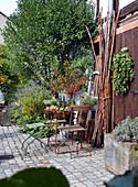 Herbstliche Dekoration im Innenhof mit Weißdornstrauß und Hopfenkranz