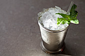 Mint Julep mit Crushed Ice