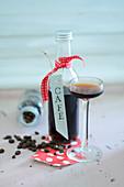 Kaffeelikör in Flasche und Glas zum Verschenken