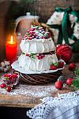 Pavlova mit Beeren zu Weihnachten