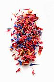 Getrocknete Blütenblätter von Kornblume und Rose