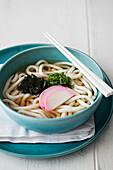 Udon-Nudelsuppe mit Rettich und Algen (Japan)