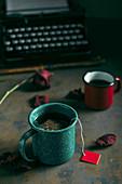 Tee und Kaffee in Emailtassen