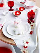 Weihnachtlich gedeckter Tisch in Rot und Weiss
