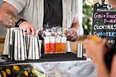 Barkeeper bereitet Cocktails zu