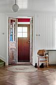 Diele mit Doppeltür und Holzverkleidung