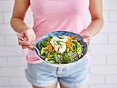 Frau hält gesunden Powerfood-Salat