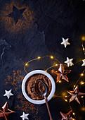 Kakaopulver mit Weihnachtsdeko