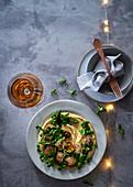 Falafel, Erbsen und verkohlte Zuckerschoten auf Hummus (weihnachtlich)