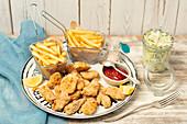 Hähnchennuggets mit Pommes Frites und Coleslaw