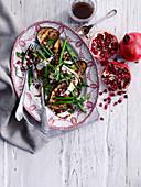 Gegrillte Auberginen mit grünen Bohnen, Schafskäse und Granatapfelkernen