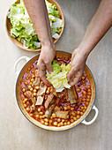 Ceci alla cilentana zubereiten (Kichererbsen mit Schweinerippchen und Gemüse, Italien)