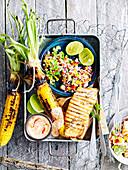 Gegrillter Lachs und Maiskolben mit mexikanischem Salat