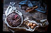 Schokoladenkuchen auf rustikalem Holztisch