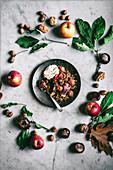 Herbstlicher glutenfreier und veganer Apfelcrumble (Aufsicht)
