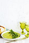 Italienisches Zitronen-Petersilienpesto serviert mit Brot und Wein