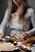 Frau isst Kürbis-Scones zum Kaffee