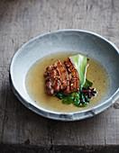 Gebratener Schweinebauch im asiatischen Gewürzsud