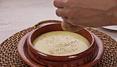 Fonduta alla Valdostana (Käsefondue nach Art des Aostatals, Italien) zubereiten