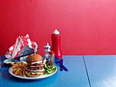 Doppelburger mit Pommes im Diner (USA)