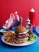 Doppelburger mit Bacon im Diner