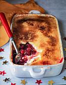 Creme Brulee mit Cranberries in Auflaufform als Weihnachtsdessert