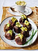 Mini-Backkartoffeln mit Salzkruste und kalter Schnittlauch-Hollandaise