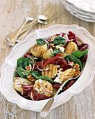 Salat mit Grillkartoffeln, Radicchio, Babyspinat und Feta