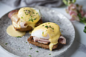 Poached eggs on toast with ham and Hollandaise sauce