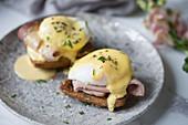 Pochierte Eier auf Toast mit Schinken und Sauce Hollandaise