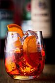 Cocktail mit Orangen und Eiswürfeln