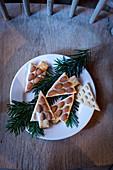 Lebkuchen-Weihnachtsbaumplätzchen, verziert mit Mandeln
