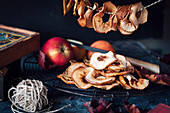 Frische Äpfel und getrocknete Apfelringe