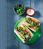 Sandwiches mit Hackbällchen und Gurkenstreifen