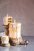 weiße Schokoladenkuchen in Kerzenform mit Eggnogg-Biskuit und Muskatnuss-Rum-Buttercreme