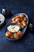 Kleine Speckkartoffeln aus dem Ofen mit Käsedip