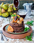 Schokoladencrepetorte mit Birnen und Schokoladensauce