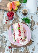 Baiserroulade mit Cranberries und Birnen