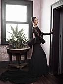 Junge brünette Frau im spanischen Abendkleid in wohlichem Ambiente