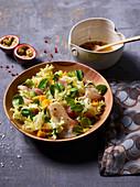 Gemischter Salat mit Mango, Räucherfisch und Passionsfrucht-Sauce