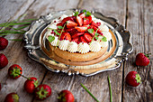 Mazarin cake with cream and strawberries